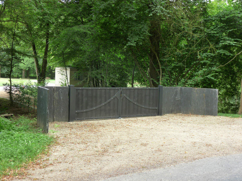 pose d'un portail en bois fonce steelword par menuiseries du littoral