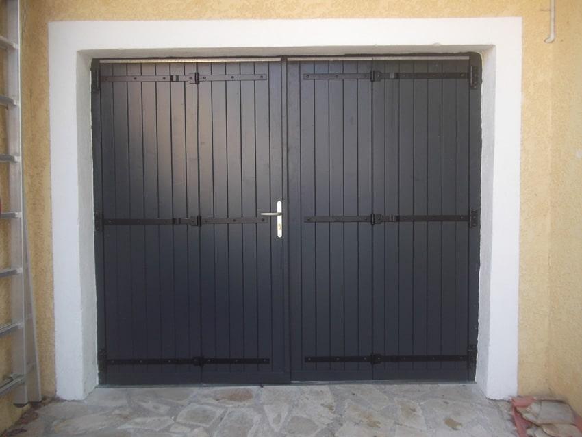 pose d'une porte de garage en bois de couleur fonce gpf