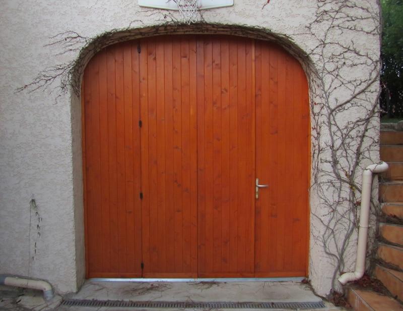 pose d'une porte de garage sur mesure du style accordeon en bois gpf