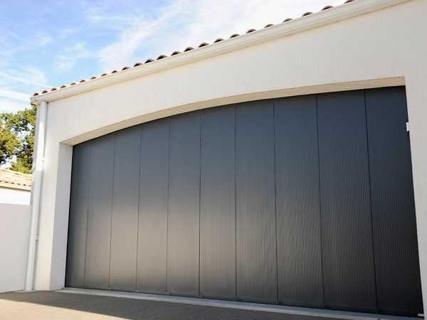 Porte de garage sectionnelle latérale MAESTRO par menuiserie du littoral montpellier
